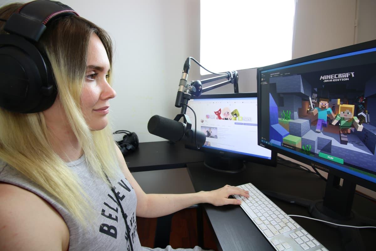 """Youtube videoita tekevä Beata """"Paqpa"""" Rodas tietokoneella pelaamassa Minecraftia"""