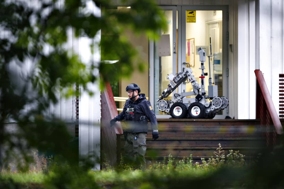 Poliisi Baerumissa al-Noorin islamilaisessa keskuksessa, jonne nuori norjaismies tunkeutui aseistettuna. Etuovien edessä on neljällä pyörellä kulkeva robotti.