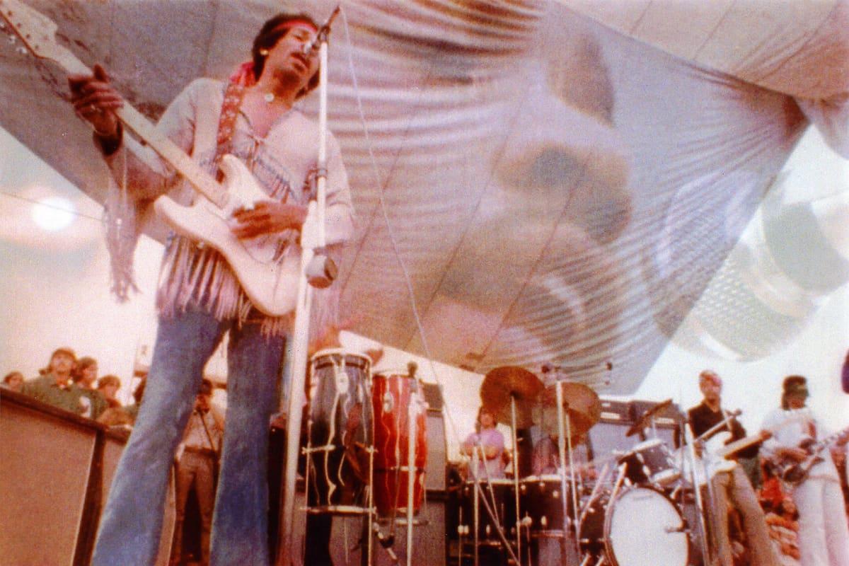 Jimi Hendrix esiintymässä Woodstockissa.
