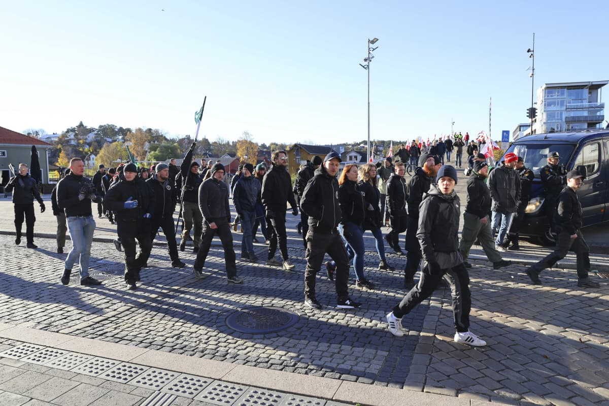 Pohjoismaisen vastarintaliikkeen jäseniä marssimassa.