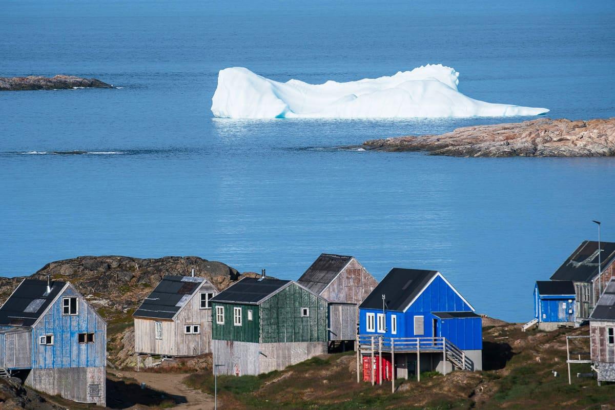 Jäävuori kelluu Kulusukin kylän rannassa.
