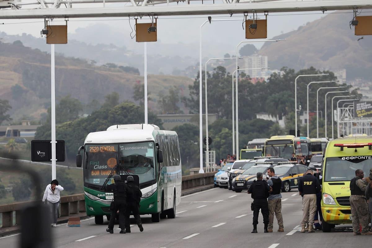 Poliisit lähestyvät kaapattua bussia Rio de Janeirossa.