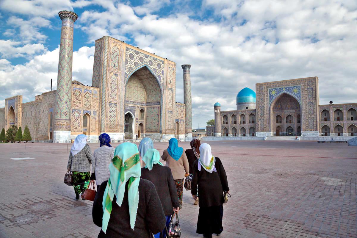 Ihmisiä Samarkandin kaupungissa Uzbekistanissa.