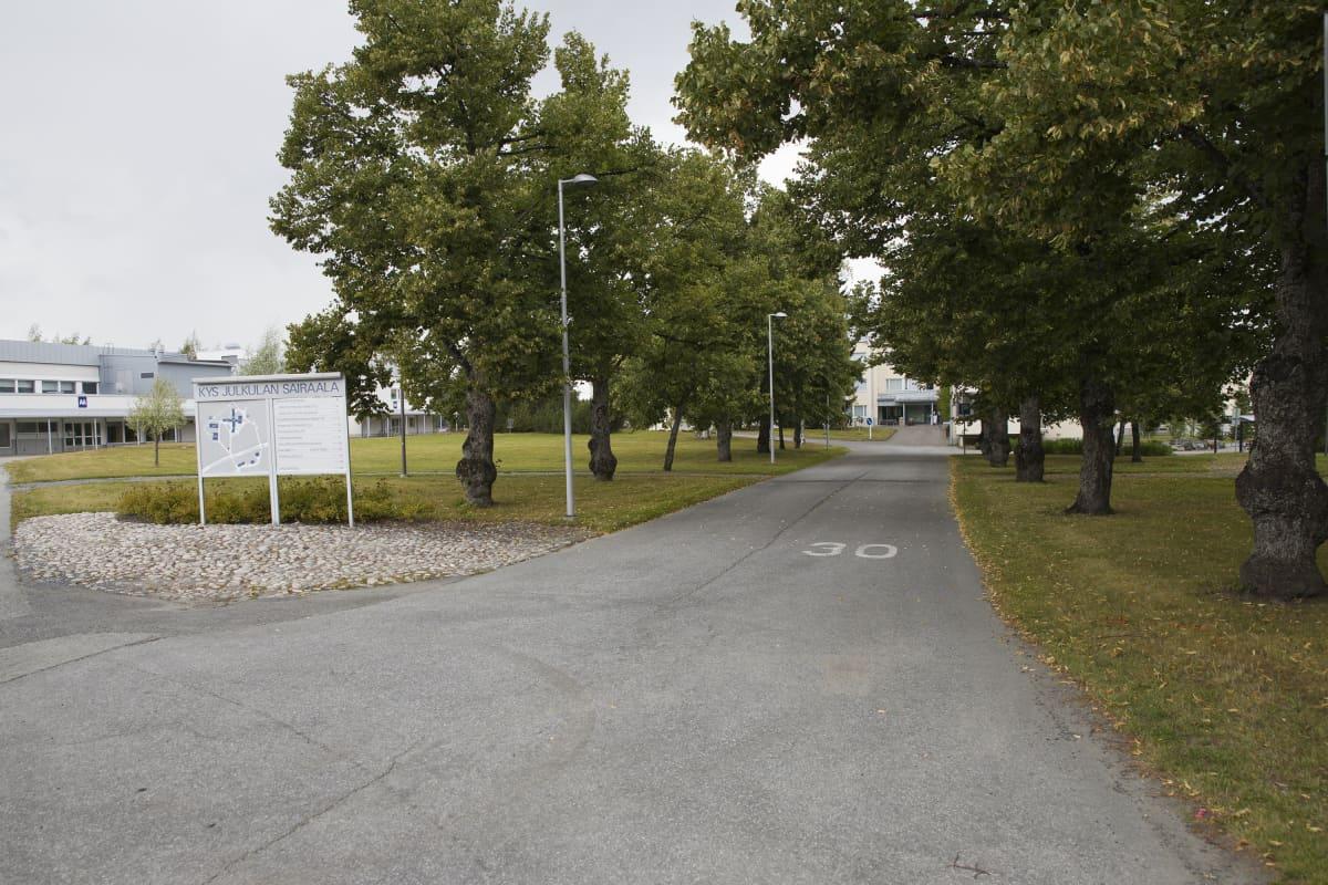 Julkulan sairaalan pihapiiriä Kuopiossa.