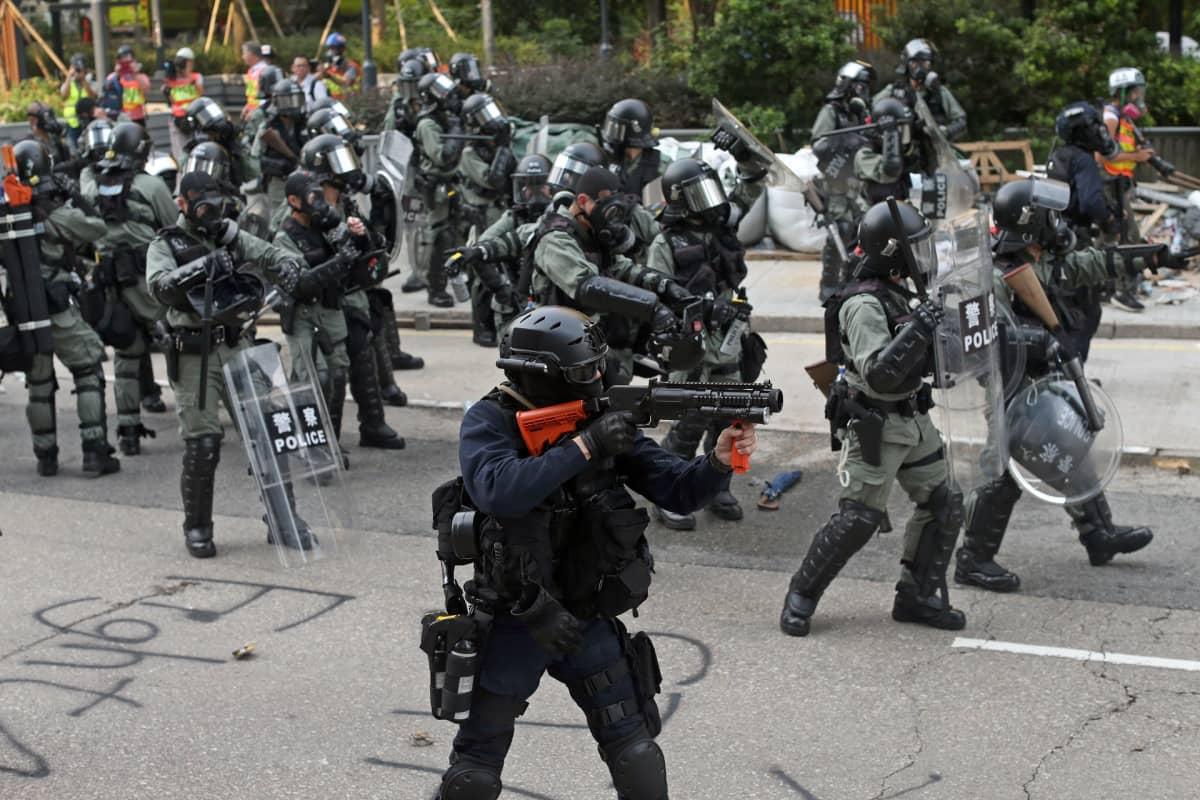 Raskaasti varustautuneita mellakkapoliiseja Hongkongissa.