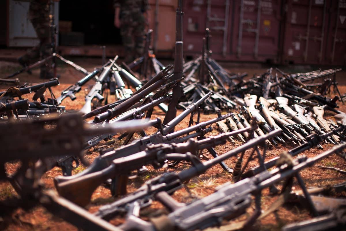 Ranskalaisjoukkojen takavarikoimia aseita Mpokon tukikohdassa Keski-Afrikan tasavallassa.