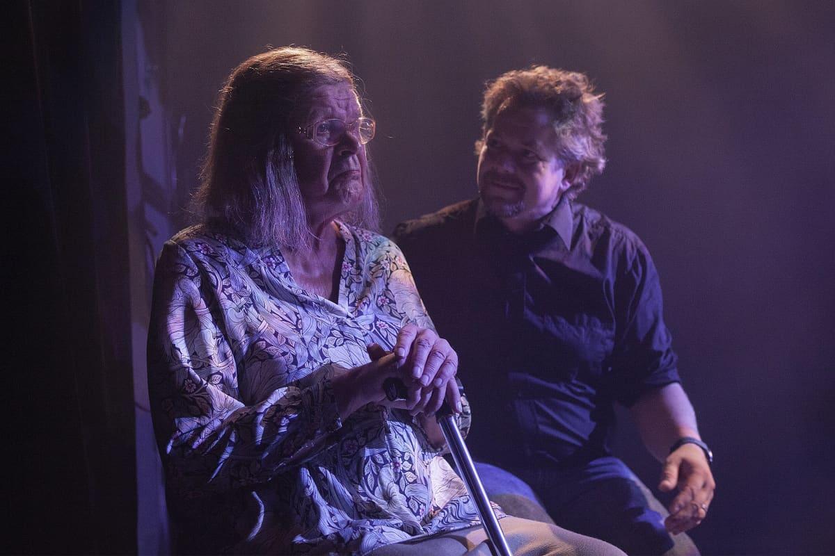 Marja-Terttu Zeppelin (Heikki Kinnunen) ja Piano Larsson (Klaus Klemola) ovat näytelmässä vieraantunut aviopari.