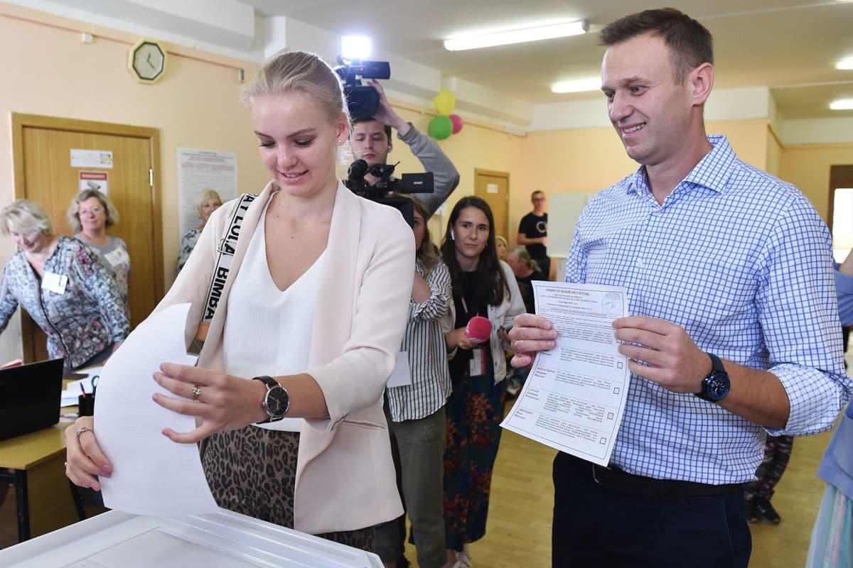 Aleksei Navalnyi äänestämässä tyttärensä Darian kanssa Moskovan vaaleissa 8. syyskuuta.