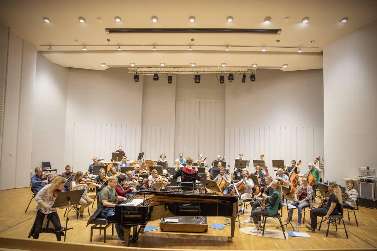 Joensuun kaupunginorkesteri harjoittelee Carelia-salissa.