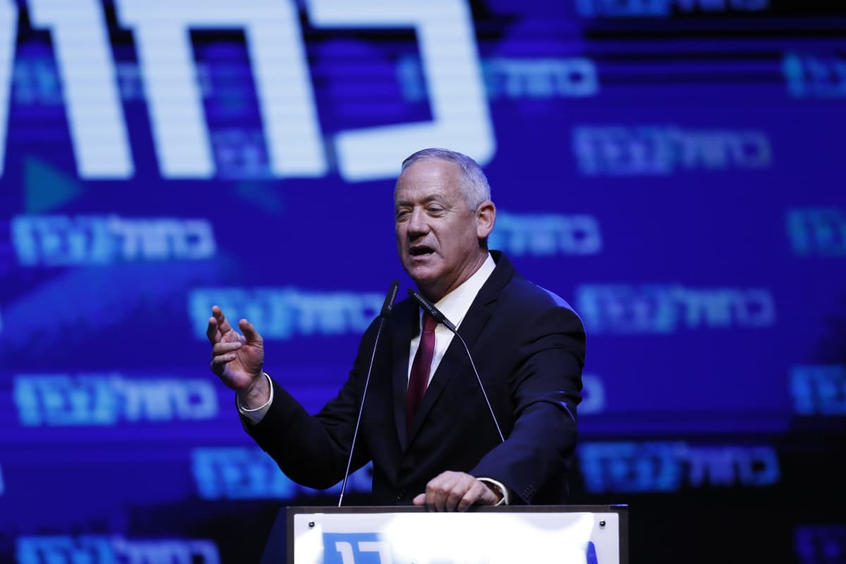 Benny Gantz puhui kannattajilleen Sininen ja valkoinen -vaaliliiton tilaisuudessa Tel Avivissa.