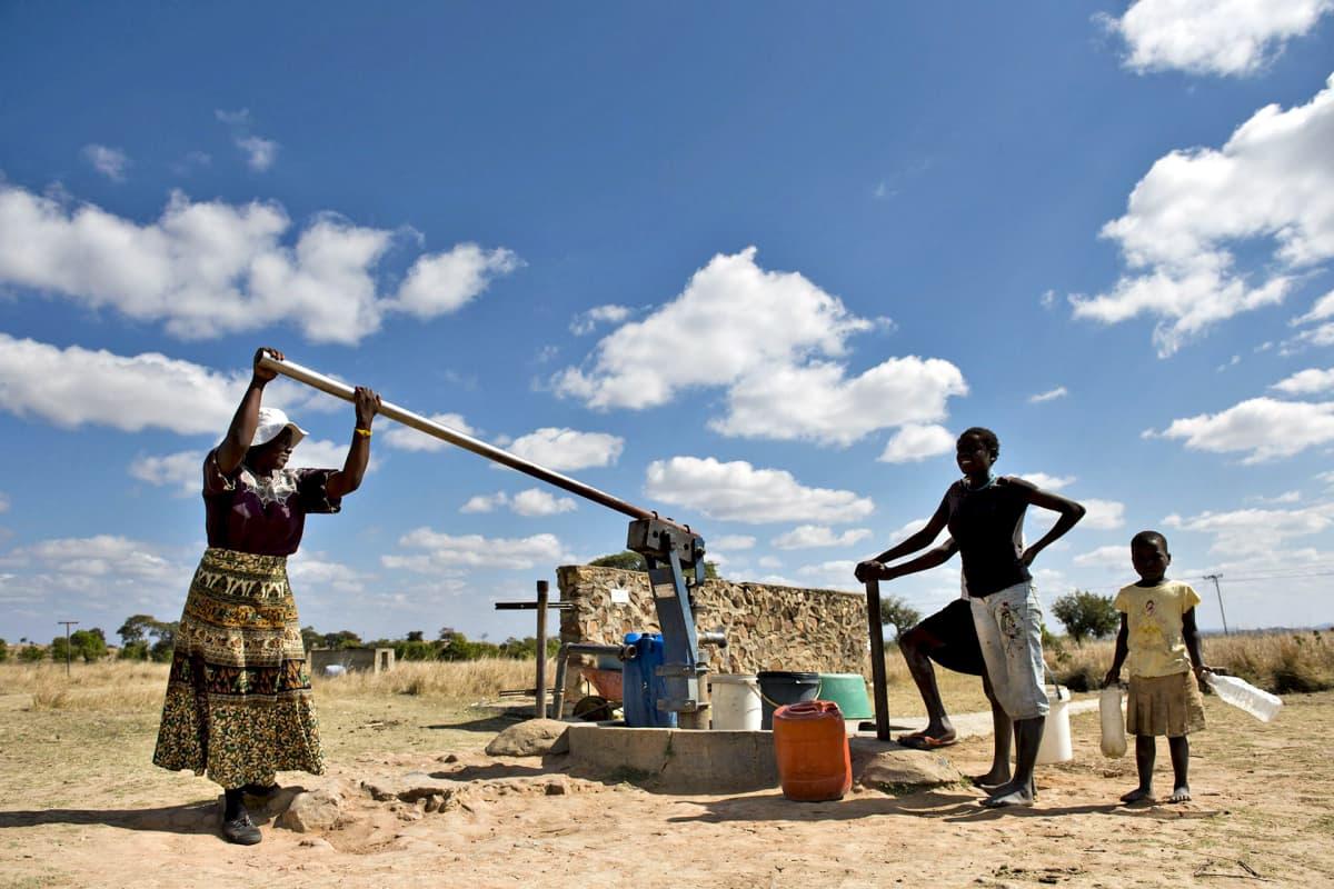 Ihmisiä nostamassa vettä Zimbabwen Hararessa.
