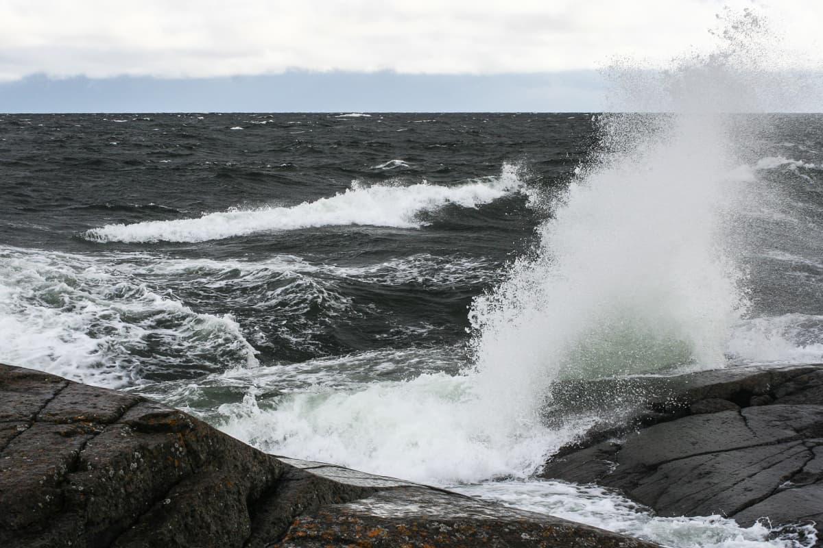 Aallot iskevät Märketin rantakallioon