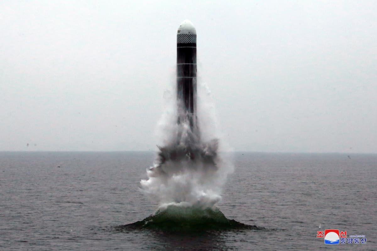 Pohjois-Korean valtiollisen median julkaisema kuva sukellusveneestä laukaistusta ballistisesta ohjuksesta.