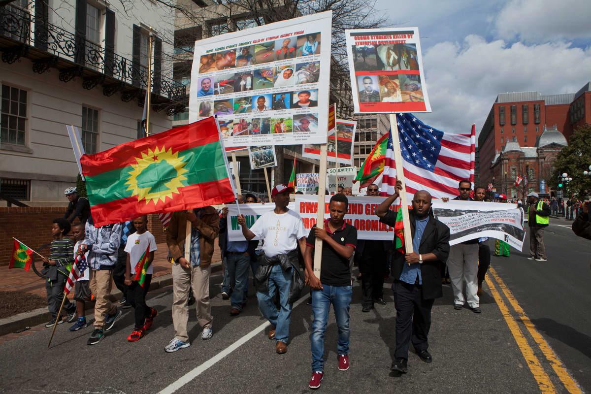Ihmisiä osoittamassa mieltään  kadulla Washingtonissa Etiopian hallituksen toimia vastaan Oromiassa.