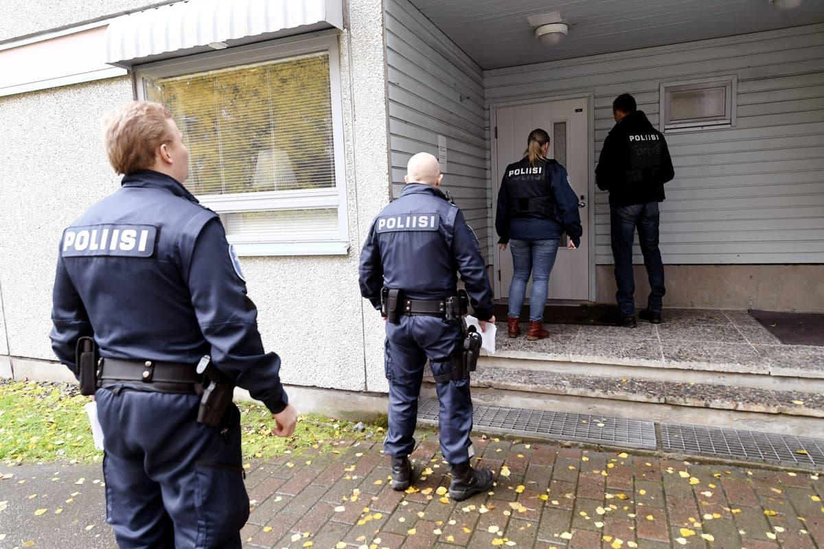 Poliisin tutkijat menossa opiskelija-asuntolaan Kuopiossa.