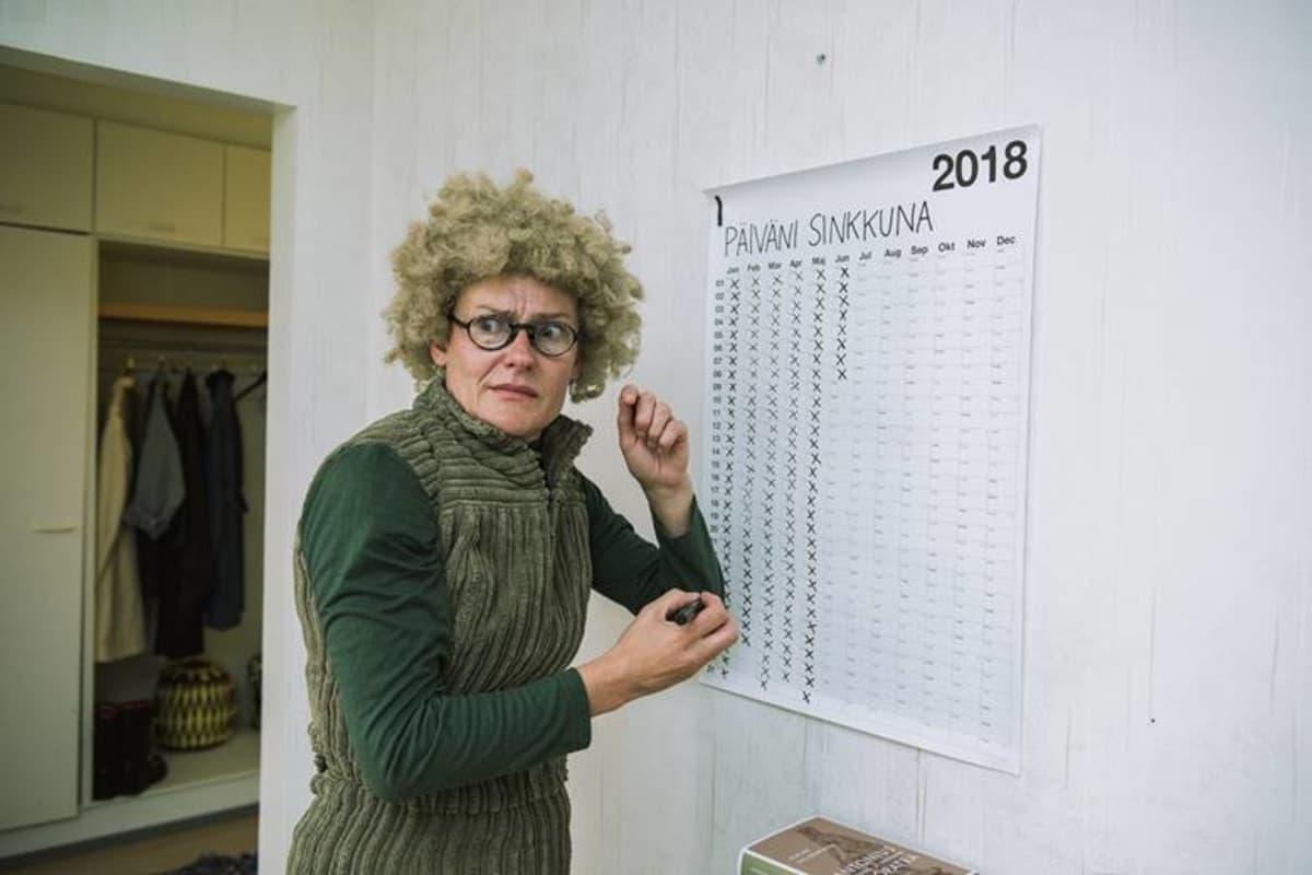 Krapula-Päivi (Pirjo Lonka) kirjaa ylös päiviään sinkkuna.