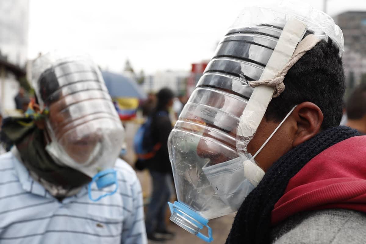 Ecuadorilaiset käyttivät maan pääkaupungissa Quitossa järjestetyssä mielenosoituksessa César Viterin tekemiä kaasunaamareita, jotka olivat valmistettu käytetyistä vesipulloista.