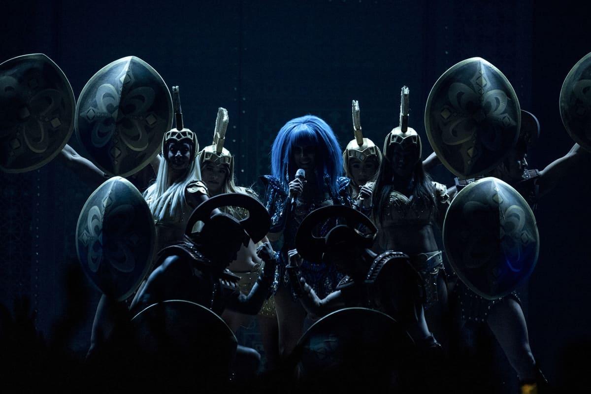 Siniseen peruukkiin verhoutunut Cher on kuin fantasiahahmojen ja ovaalien kilpien ympäröimänä esiintymislavalla Zürichissa 9. lokakuuta.