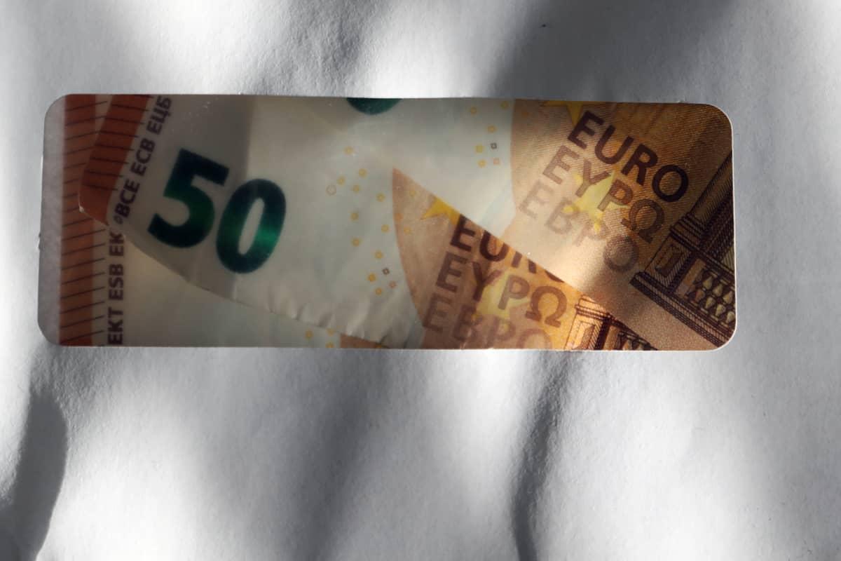 Viidenkympin seteleitä kirjekuoressa.