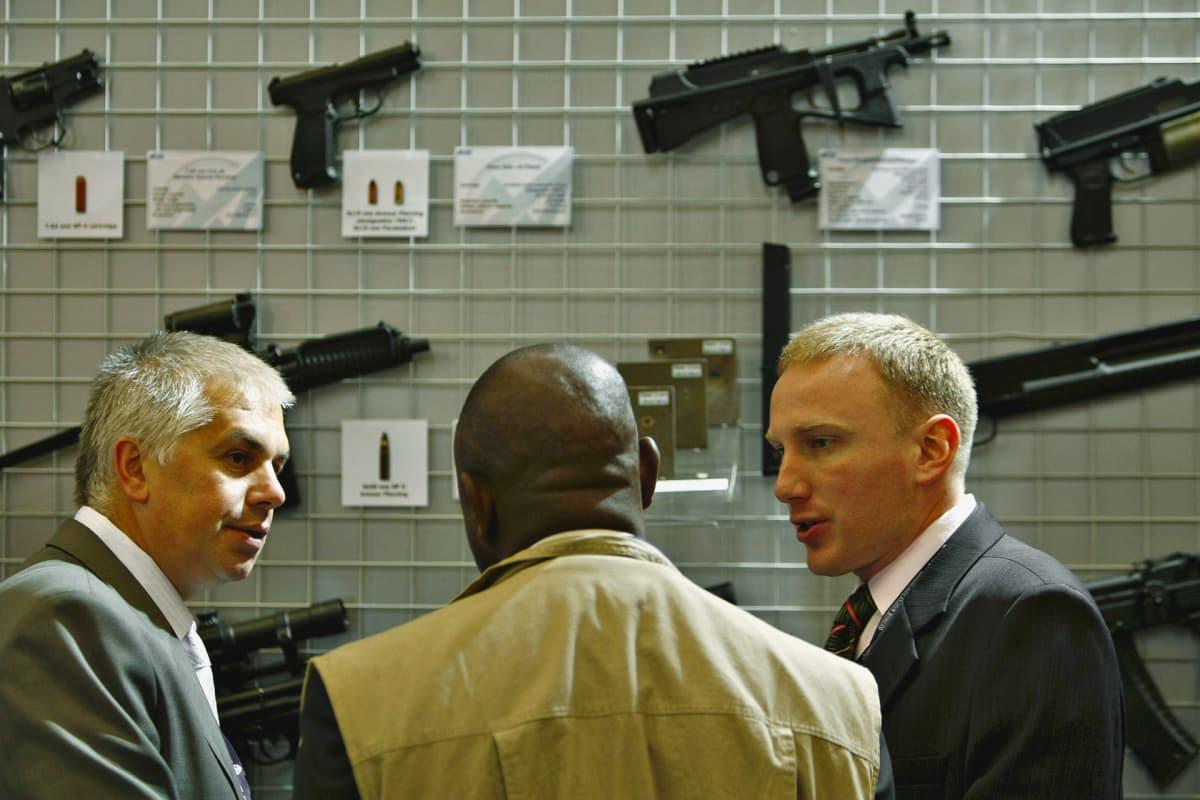 Venäläisiä asekauppiaita Etelä-Afrikassa vuonna 2008.