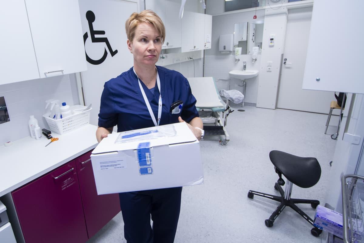 Kuopion yliopistollisen sairalaan naisten akuuttiosaston apulaisosastonhoitaja Sanna Karhunen