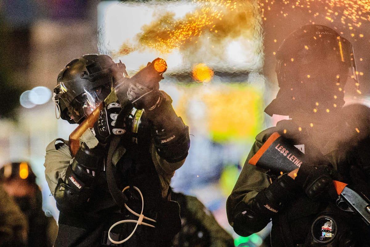 Poliisi käytti kyynelkaasua mielenosoittajia vastaan Causeway Bayn alueella, Hongkongissa 2. marraskuuta.