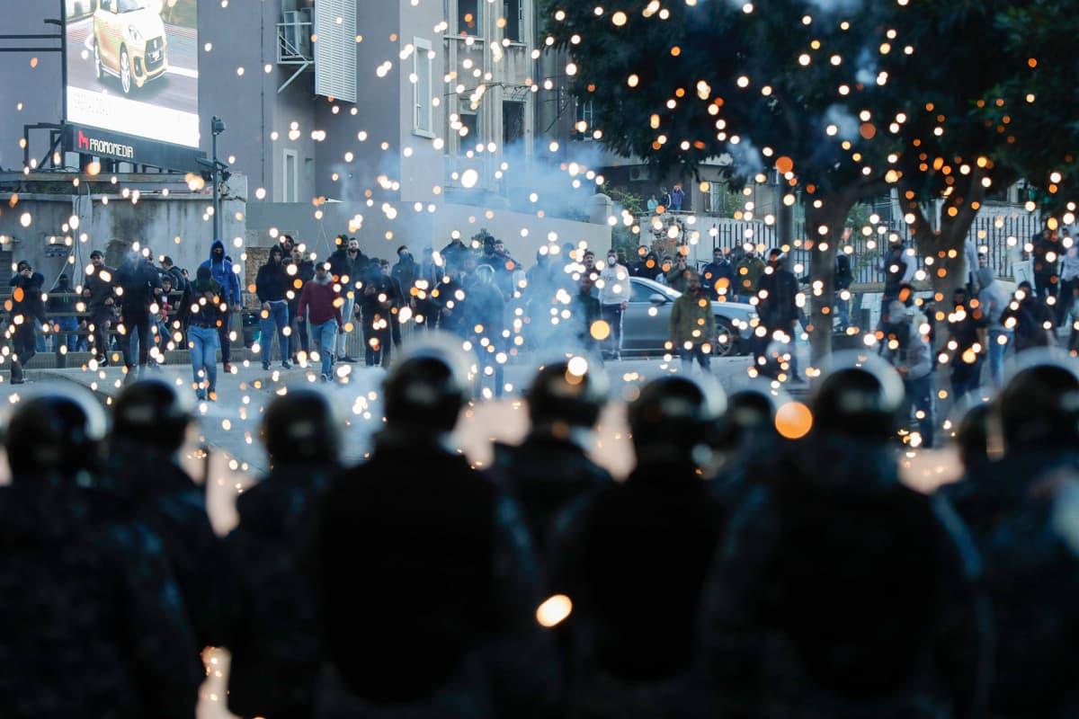 Mielenosoittajia ja mellakkapoliiseja Beirutin keskustassa sunnuntaina.