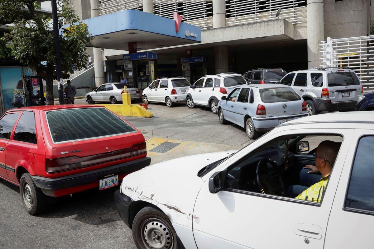 Polttoainetta jonotettiin Caracasissa 30. joulukuuta.
