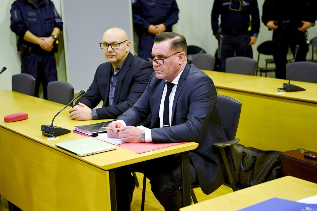 United Brotherhoodin johtajana pidetty Tero Holopainen (vas.) rikollisjärjestö United Brotherhoodin lakkauttamiskanteen valmisteluoikeudenkäynnissä Itä-Uudenmaan käräjäoikeudessa Porvoossa 8. tammikuuta.