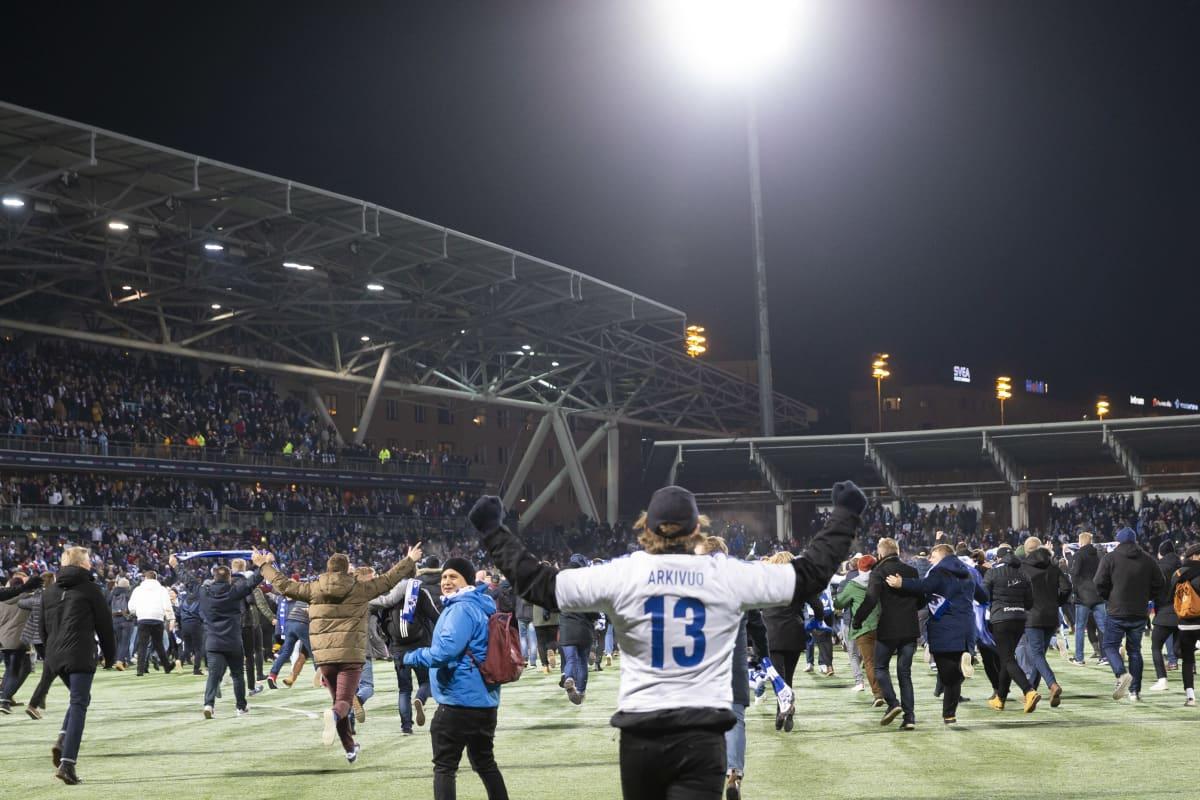 Suomen fanit rynnivät kentälle EM-kisapaikan varmistumisen jälkeen.