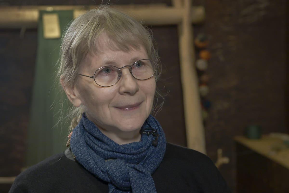 Tekstiilikonservaattori, lautanauhojen tutkija Maikki Karisto.