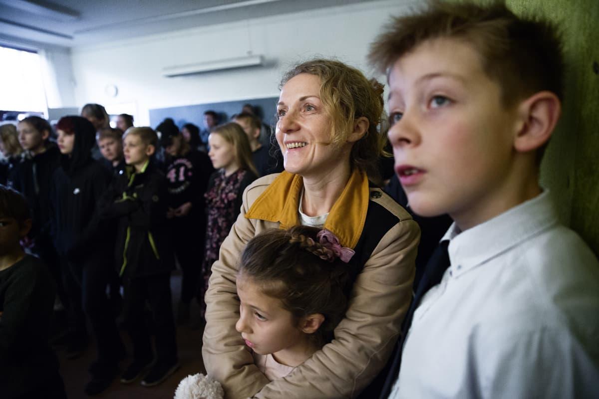 äiti ja lapset katsovat esitystä