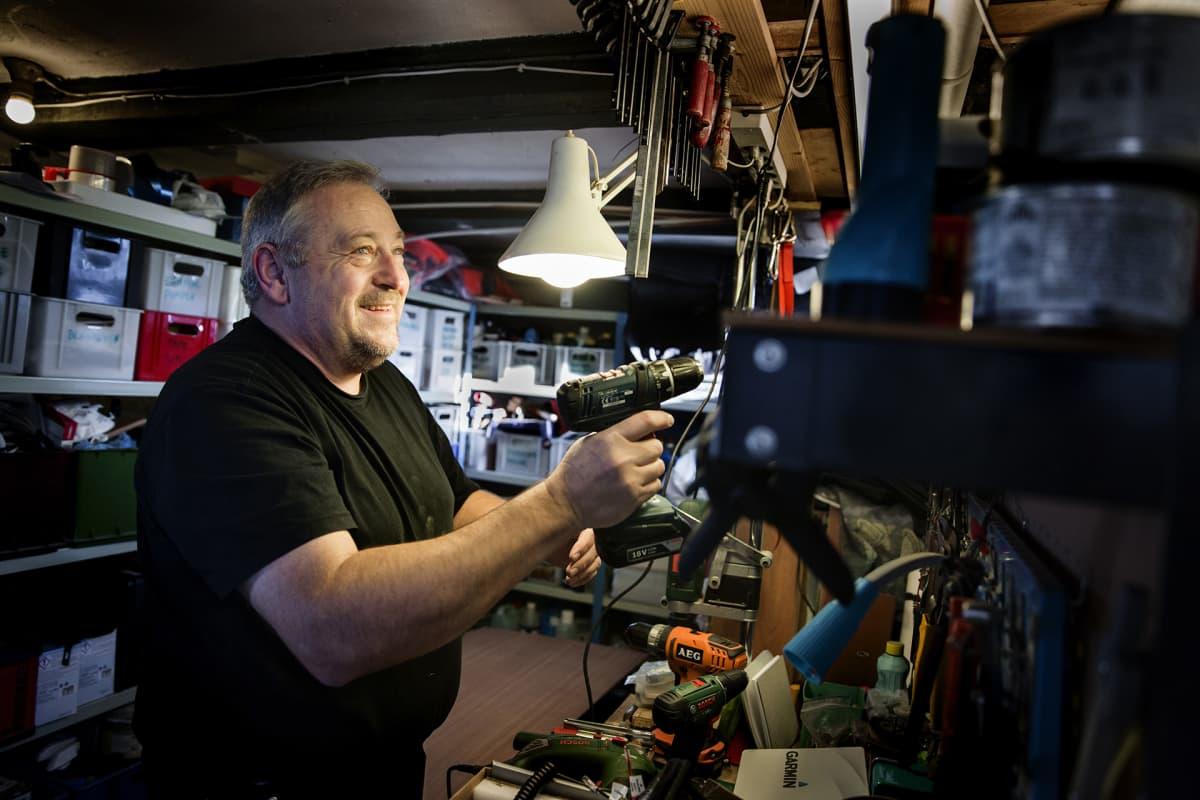 Claus Rolsted korjaa purjeveneensä navigaattoria kotinsa nikkarointitilassa.