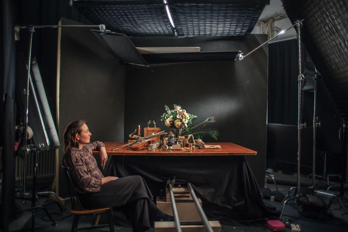 Neiti Aika elokuva DocPointissa, nainen ja klassinen asetelma kuvauspöydällä.