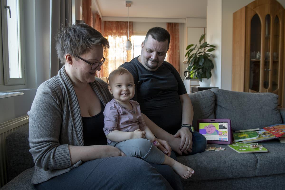 Jan Boijer-Spoof perheensä kanssa kotona.