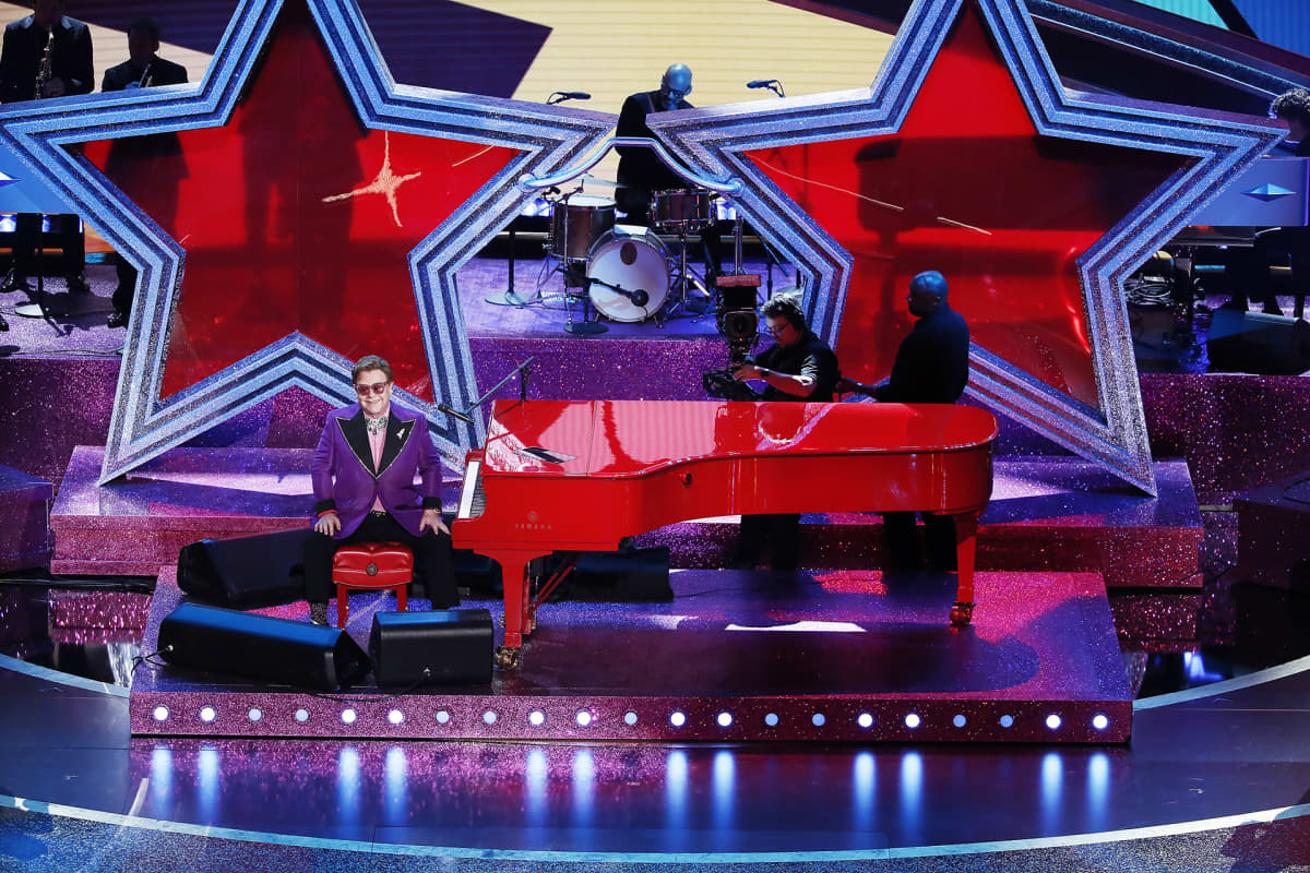 Elton John palkittiin parhaasta alkuperäiskappaleesta.