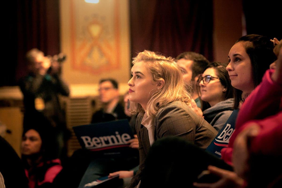 Nuoria eturivissä Sandersin kampanjatilaisuudessa New Hampshiressä
