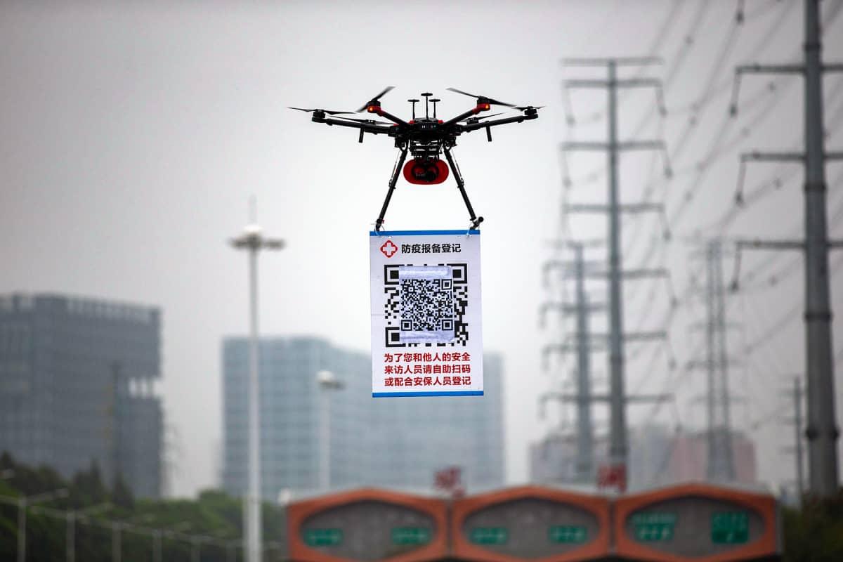Drooni joka kuljettaa QR-koodia Shenzhenissä 11. helmikuuta 2020.