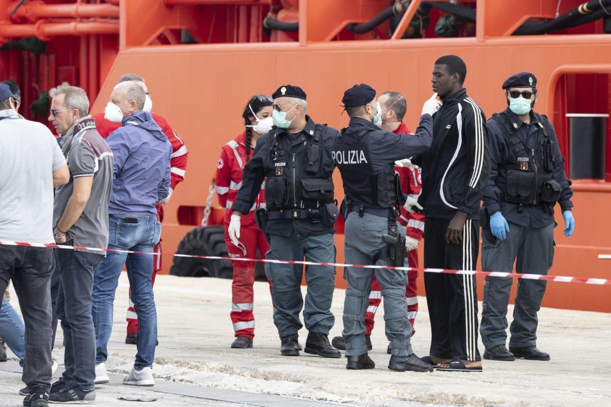 Mereltä pelastettuja siirtolaisia Pozzalossa Sisiliassa tammikuussa.