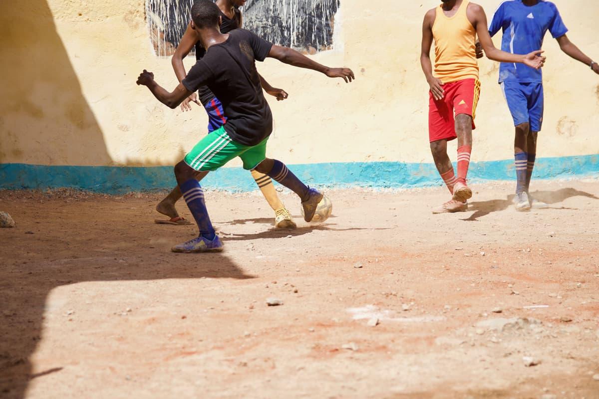 Vangit saavat pelata jalkapalloa päivittäin, mutta piha on pieni. Ennen kuntoutusohjelmaa he pääsivät selleistä vain vessaan, syömään ja pesulle.