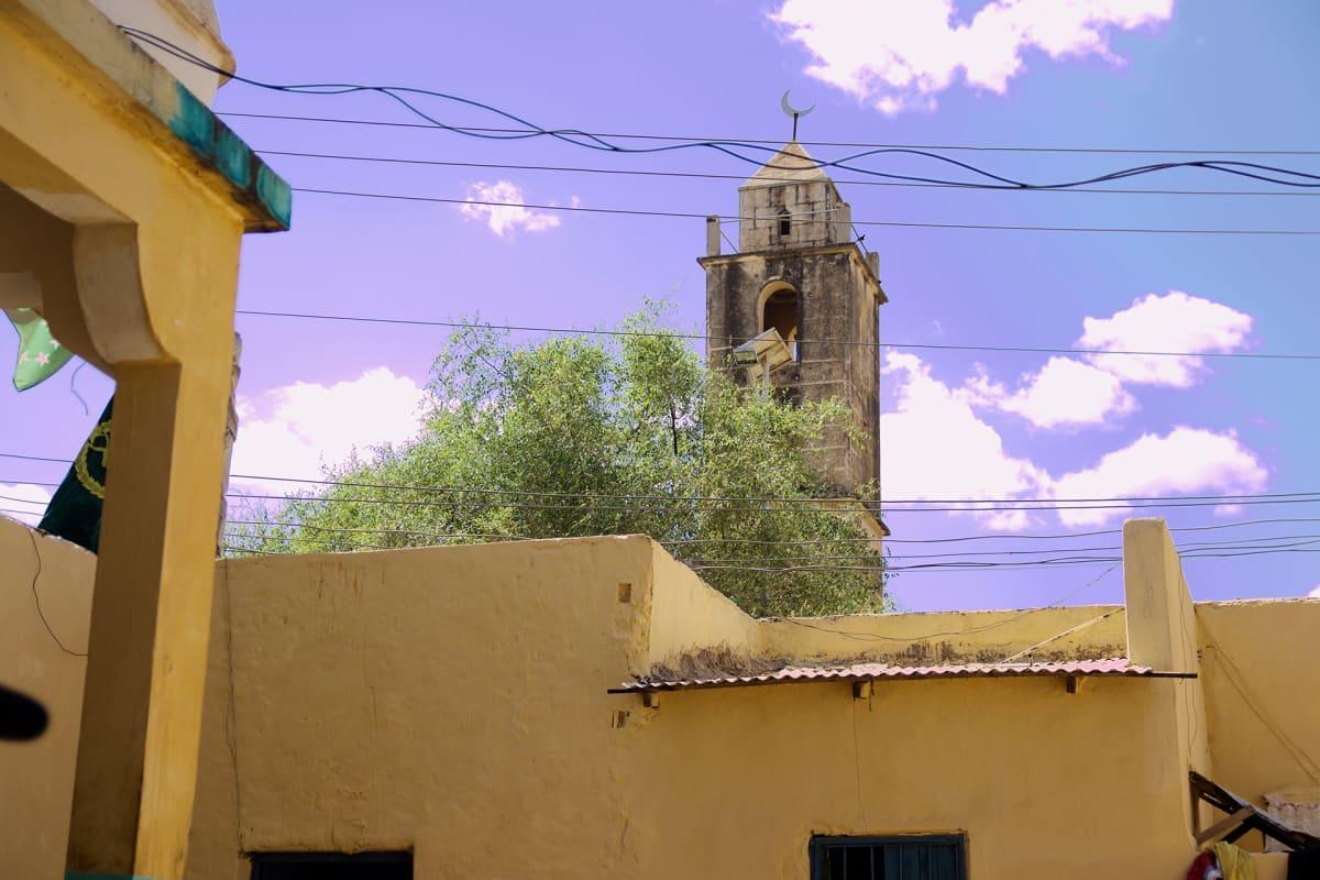 Vankila sijaitsee keskellä kaupunkia moskeijan vieressä.