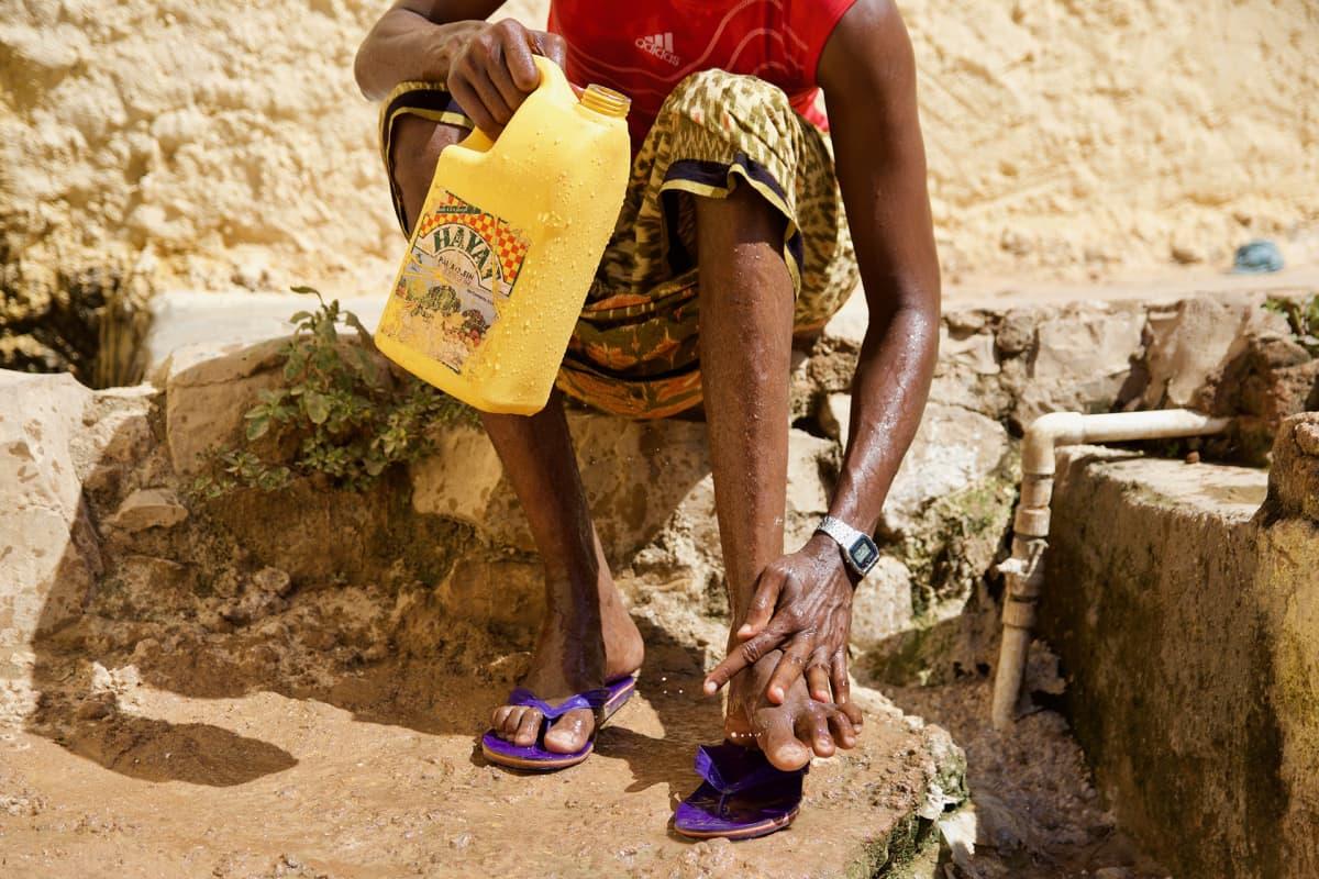 Jalkapallomatsin jälkeen vangit saavat peseytyä. Se on usein päivän ainoa mahdollisuus siihen.