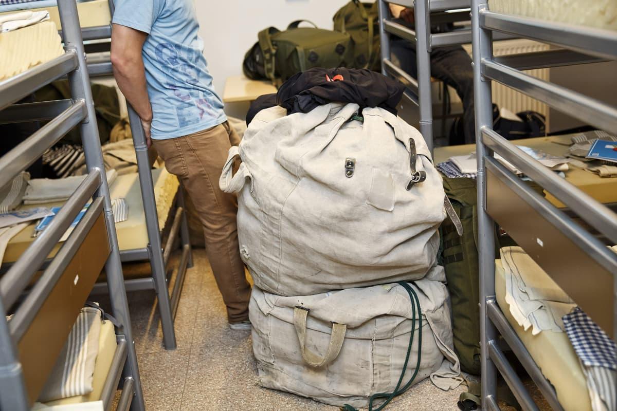 Varusmiesten varusteita Puolustusvoimien Urheilukoulussa Santahaminassa