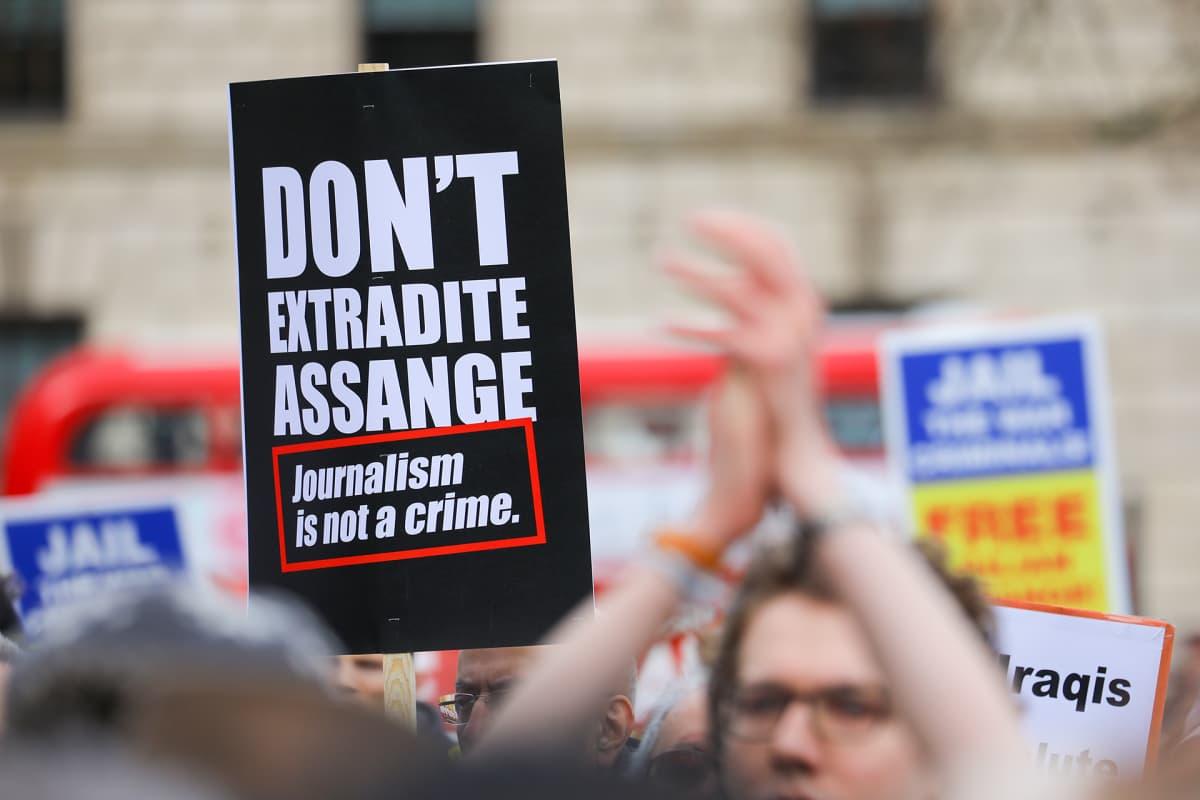 Mielenosoitus Julian Assangen puolesta Lontoossa.