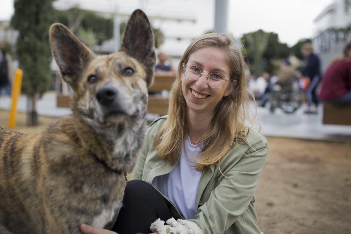 Nainen ja koira.