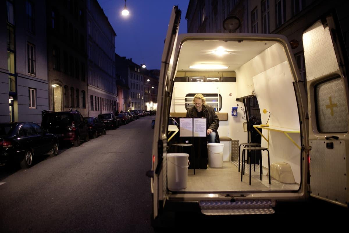 Lääkäri Kasper Iversen on yksi Fixelance-toiminnan vapaaehtoisista. Ensimmäinen vanhaan ambulanssiin rakennettu käyttöhuone otettiin Kööpenhaminassa käyttöön syyskuussa 2011.