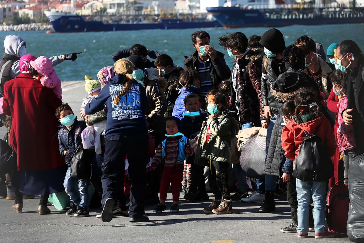 Rannikkovartioston pelastamia pakolaisia Mytilenen satamassa.