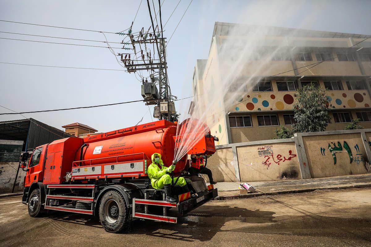 Koronaviruksen torjuntaa Gazassa 27. maaliskuuta.
