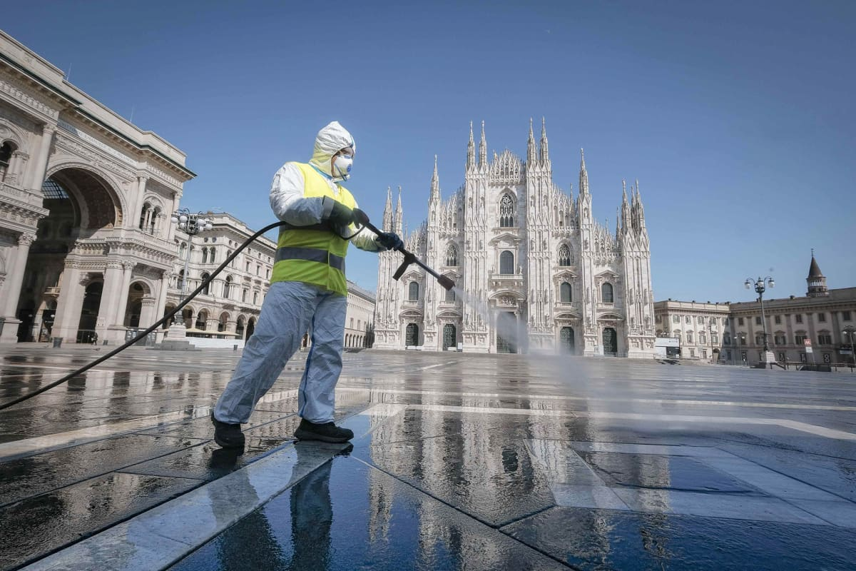 Tyhjää Duomon aukiota Milanossa puhdistettiin 31. maaliskuuta.