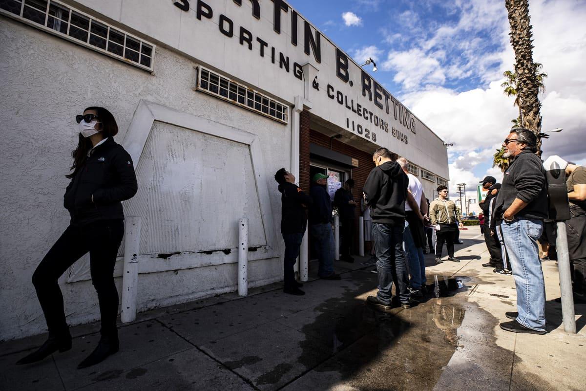 Asiakkaat jonottavat aseliikkeeseen pääsyä ulkopuolella Los Angelesissa.